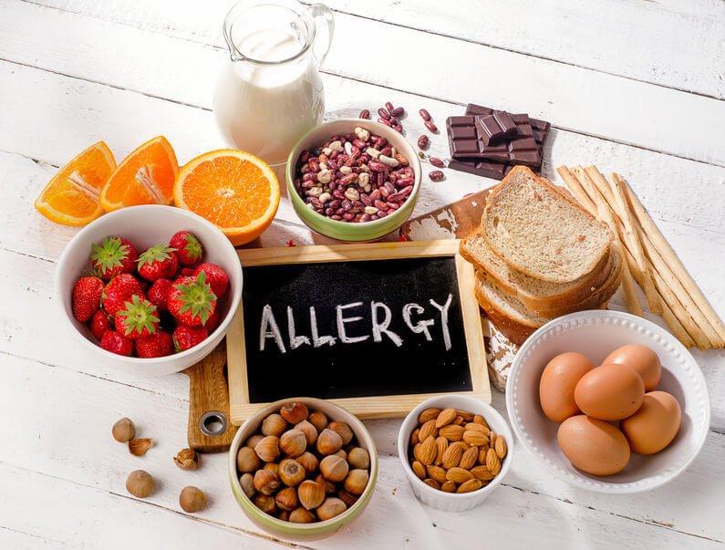 牛奶、蛋白、有殼海鮮和堅果類等等食物,有可能引發過敏反應